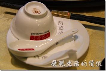 台南-阿菊食堂。餐桌上的擺設,醬油沾料也是一人一小蝶,不分大人小孩。