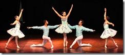 Cinco bailarinos em apresentação