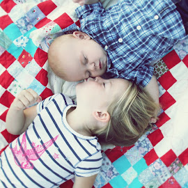 Picnic love by Amber Williams - Babies & Children Children Candids ( love, kiss, old and new, siblings, blessings,  )