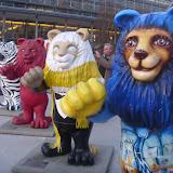 На в ходе гостей встречают львы