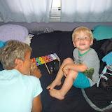 Magne og Mormor spiller og hygger i campingvognen.