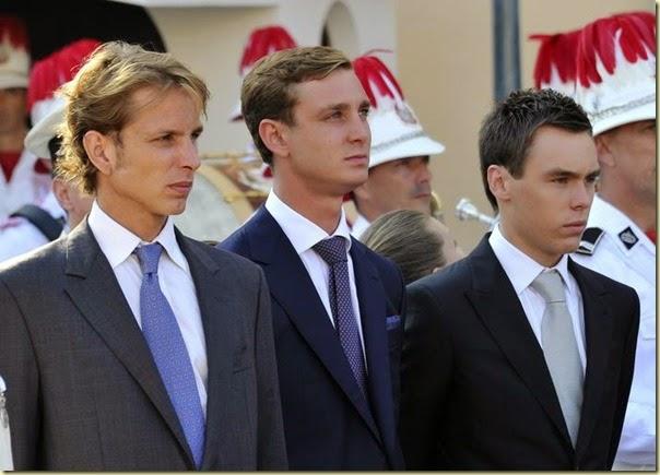 Los hijos de las princesas Carolina y Estefanía de Mónaco, Andrea Casiraghi, Pierre Casiraghi y Louis Ducruet asisten a la ceremonia de entrega de regalos.