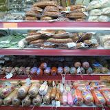 スーパーマーケットには、たくさんのソーセージが売られている。