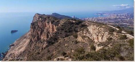 Acantilados y Benidorm desde la cima de Serra Gelada