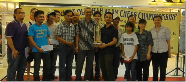 IM Mas Hafizulhelmi with chess organisers and other chess winners of 3rd Ole-Ole Tournament 2011