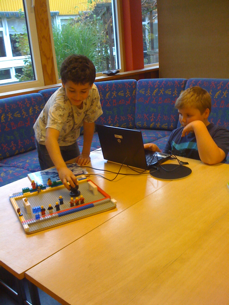 Killarna filmar en legomatch!