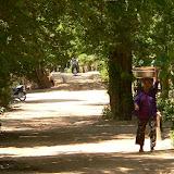 Premiers pas au Cambodge, il nous faut traverser 2km dans un village entre le poste de sortie de territoire vietnamien et lentrée officielle en territoire khmer