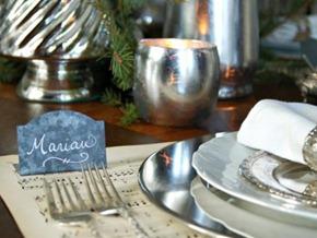 decoración navideña en tonos blanco y plata