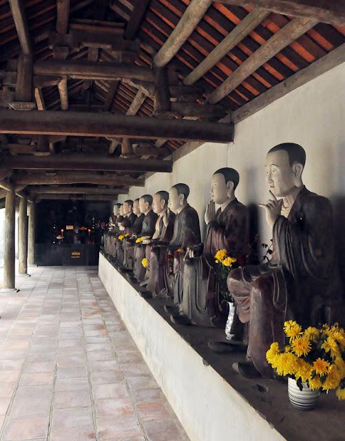 Hai dãy tượng Phật La Hán bên tả, hữu lối từ chùa trung sang chùa thượng