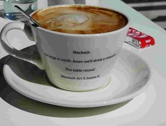 "Цитата из ""Макбета"" на чашке с кофе"