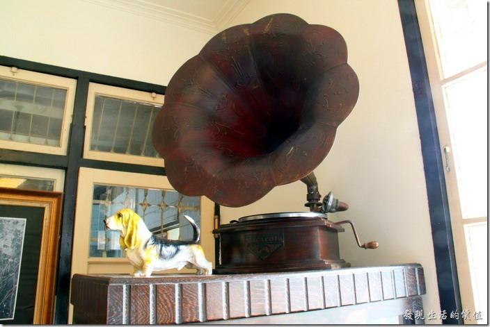 台南-鹿角枝老房子咖啡。古董留聲機。