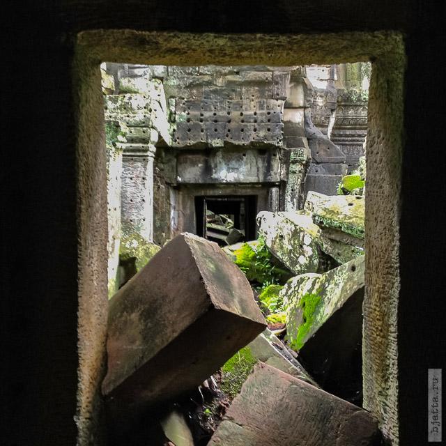 9. Ангкор Том, Angkor Tom. Часть корридоров расчищена, а часть ещё нет.
