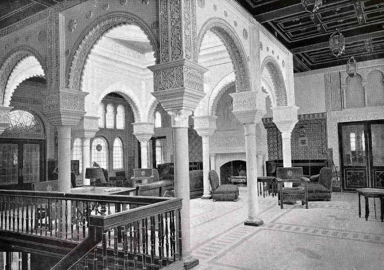 Hall del CRISTOBAL COLON. . Foto del LIBRO DE INFORMACIÓN PARA EL PASAJERO. COMPAÑÍA TRASATLANTICA DE BARCELONA. AÑO 1923.jpg