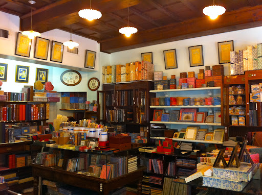 The interior of Il Papiro is colorful and well-d