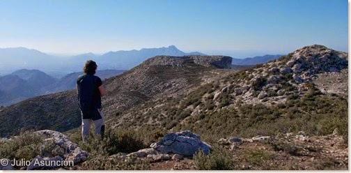 Mirando la cima amesetada del poblado ibérico de Xarpolar