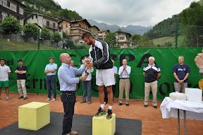 Il finalista Bosio riceve la coppa dal sindaco  di Bovegno Tullio Aramini