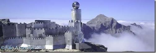 Mesa de los Tres Reyes - reproducción del castillo de Javier en la cumbre