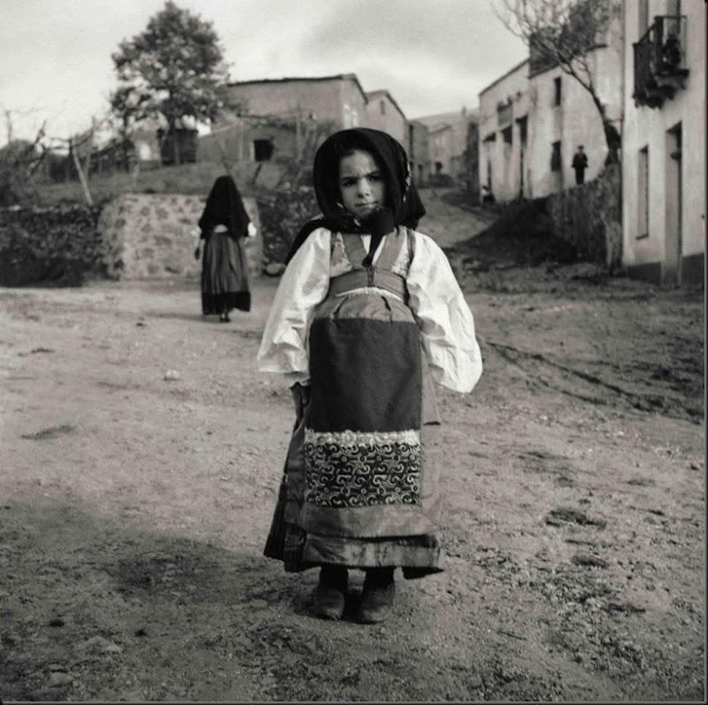 © Ugo Pellis-Museo delle Culture, Lugano, Switzerland. - Ragazzina in costume da festa - Tonara - 18 Novembre 1934