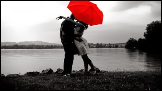Pareja bajo un paraguas rojo