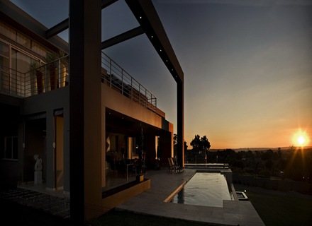 fachada-exterior-piscina-jardin-Casa-de-lujo-Joc