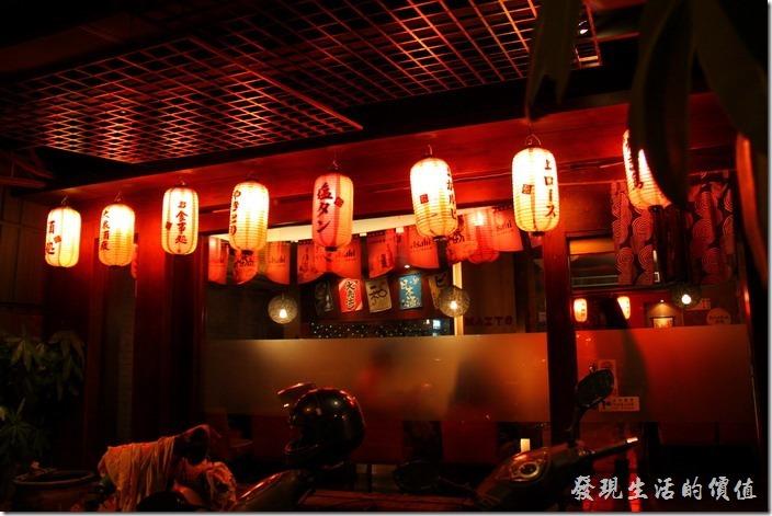 舞飛的門口掛有許多小燈籠,看起來比較有日式的風格。