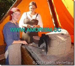 DSC08570 Kvinnor vikingautställning vid romersk ugn vikingatid. Med amorism