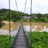 写真1:Kg.Sambop(Kenyah集落)に向かってBelaga川を渡る吊り橋