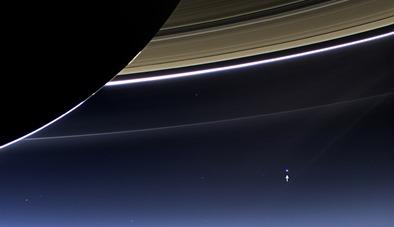 Terra e Lua vista de Saturno