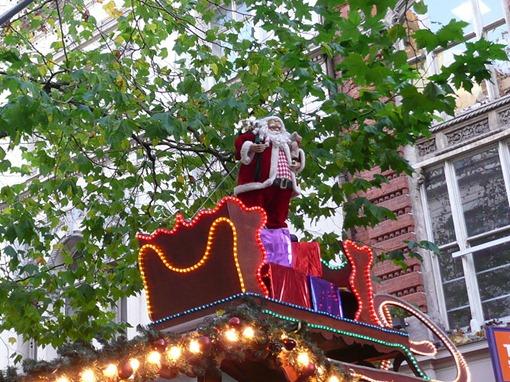 Санта Клаус в зеленом оформлении