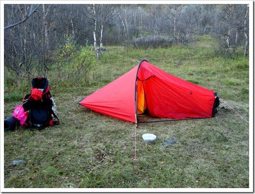 Tältet uppsatt, vatten hämtat, bara att slänga in grejerna i tältet och fixa mat.