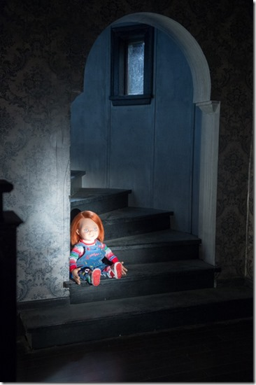 curse_of_chucky_chucky_on_stairs