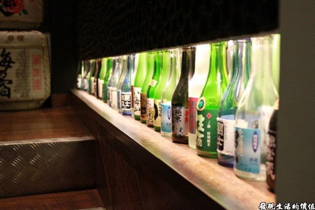 台南-花川日本料理。利用樓梯旁邊的空間打燈擺放各式的酒瓶!多麼簡單又豐富視覺的裝飾!