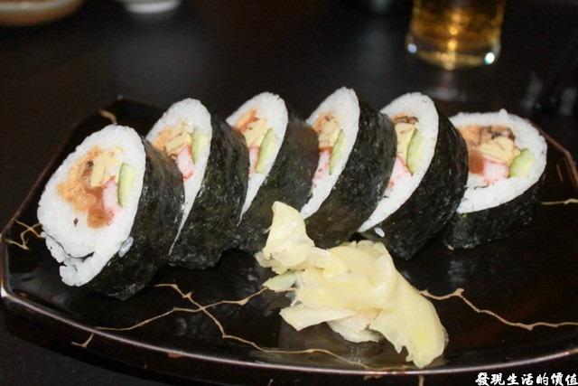 台南-花川日本料理。這應該是加州卷,但這裡好像叫什麼「軍艦卷」,填飽肚子用的,應該要最後才出,但第一道菜就給我出來了,有點給它三條線。