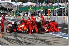Una Ferrari viene spinta ai box