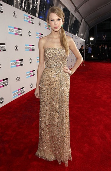 Taylor-Swift-Reem-Acra-Dress-AMAs-Red-Carpet-Pictures