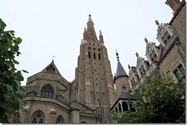 聖母教会(13~15世紀の建立、塔の高さは122m)