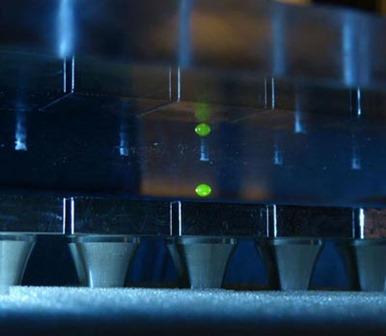 gota é levitada entre superfícies emissoras de som
