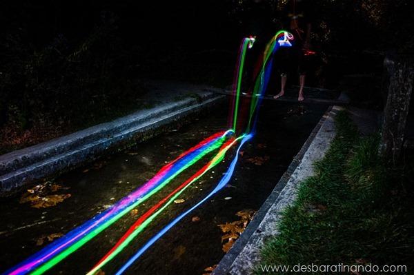 glow-sticks-dropped-into-waterfalls-lenz-abildgaard-arco-iris-luz-cachoeira-desbaratinando (6)