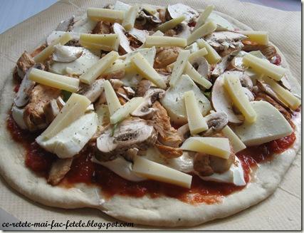 Pizza cu piept de pui - asezam ingredientele pe blat