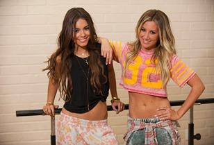 Vanessa Hudgens & Ashley Tisdale en E! Special