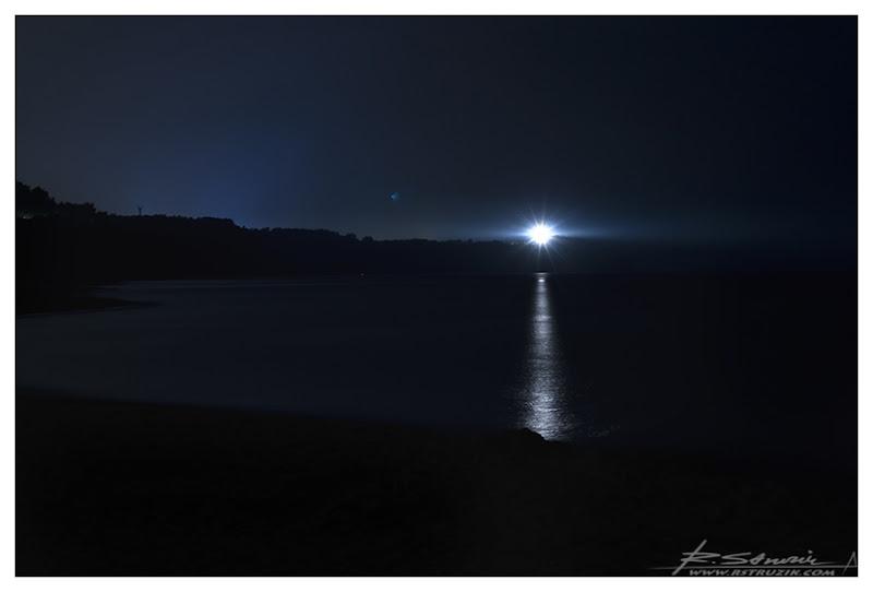Władysławowo, widok na Jastrzębią Górę. Żal aż pomyśleć, że wieczór wcześniej światło latarni oświetlało przepięknie nisko wiszące chmury i lekką mgłę nadchodzącą znad morza.