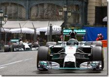 Nico Rosberg precede Lewis Hamilton al gran premio di Monaco 2014