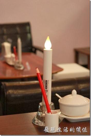 台南-mumu小客廳早午餐。每個餐桌都放有一個LED蠟燭燈,不知到晚上會不會覺得有點陰森啊?