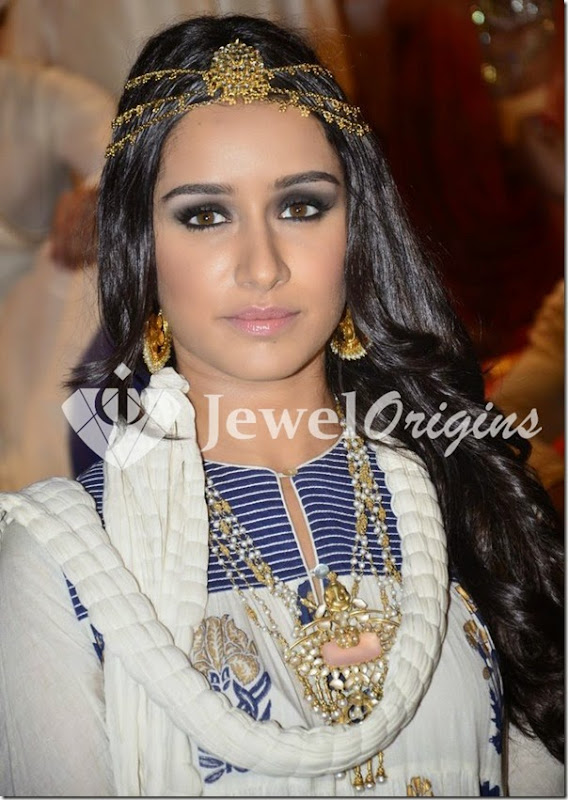Shraddha_Kapoor_Pearl_Necklace