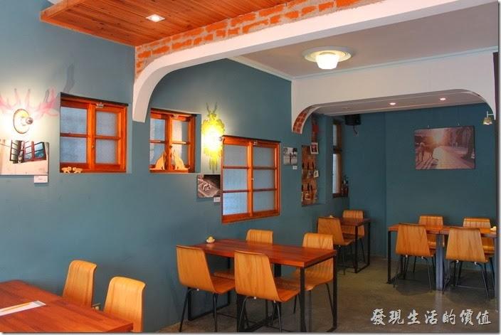 台南-PianoPiano。咖啡館內特意保留了一些紅磚裸露來突顯其古味。