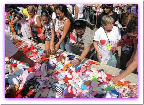 Imagem da distribuição gratuita dos corações de tecido da Ação do Coração - Santos