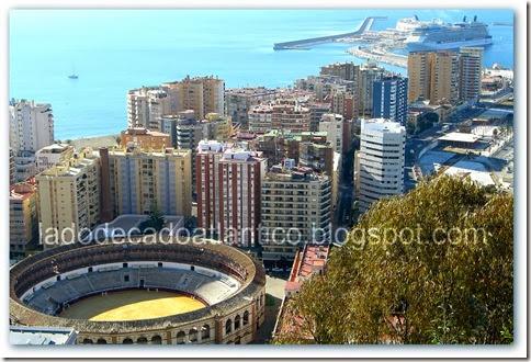Imagem aérea da Praça de Touros e a Marina com um transatlântico em Málaga, Espanha.
