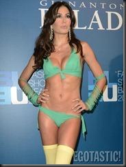elisabetta-gregoraci-in-bikini-fashion-show-in-milan-09-675x900