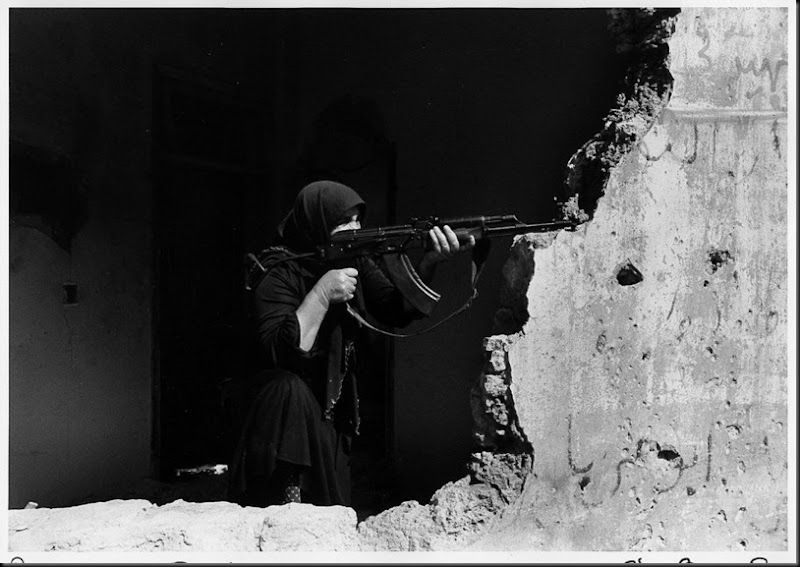 Donna in possesso di un fucile a West Beirut, Beirut, Libano, 10 marzo 1982