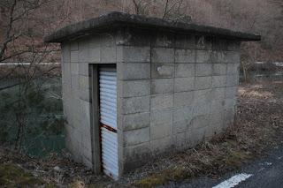 取水設備建屋を望む